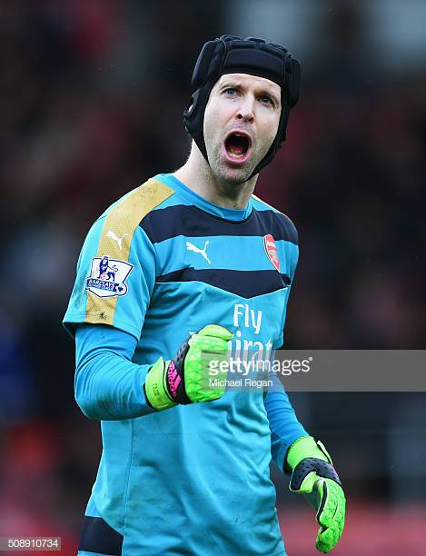 petr-cech-of-arsenal-celebrates-victory-after-the-barclays-premier-picture-id508910734.jpg